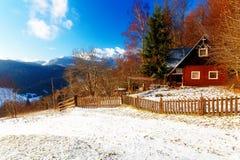 Όμορφο χιονώδες τοπίο βουνών με το εξοχικό σπίτι Όμορφη ηλιόλουστη ημέρα στα βουνά Στοκ εικόνες με δικαίωμα ελεύθερης χρήσης