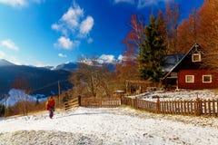 Όμορφο χιονώδες τοπίο βουνών με το εξοχικό σπίτι Όμορφη ηλιόλουστη ημέρα στα βουνά Στοκ Εικόνα