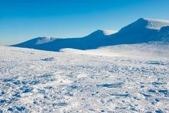 Όμορφο χιόνι στα χειμερινά βουνά Στοκ Εικόνα