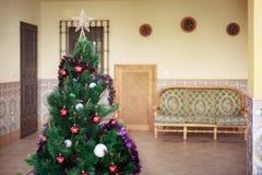 Όμορφο χριστουγεννιάτικο δέντρο που διακοσμείται και που διακοσμείται Στοκ Εικόνες