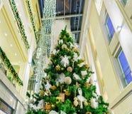Όμορφο χριστουγεννιάτικο δέντρο σε Galerija Centrs στην παλαιά Ρήγα Στοκ εικόνα με δικαίωμα ελεύθερης χρήσης