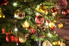 όμορφο χριστουγεννιάτικο δέντρο Διακοσμημένος με τα ζωηρόχρωμα παιχνίδια στοκ εικόνες με δικαίωμα ελεύθερης χρήσης