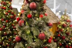 Όμορφο χριστουγεννιάτικο δέντρο με τα φω'τα νεράιδων και το εορταστικό ντεκόρ, κινηματογράφηση σε πρώτο πλάνο στοκ εικόνα