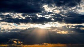 Όμορφο χρονικό σφάλμα ηλιοβασιλέματος, σκοτεινός ουρανός με τα σύννεφα φιλμ μικρού μήκους