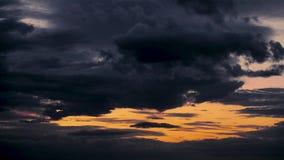 Όμορφο χρονικό σφάλμα ηλιοβασιλέματος, σκοτεινός ουρανός με τα σύννεφα απόθεμα βίντεο