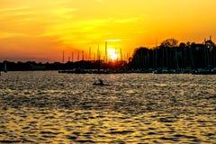 Όμορφο χρυσό ηλιοβασίλεμα πέρα από τη θάλασσα Στοκ Εικόνα