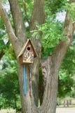 Όμορφο χρωματισμένο πολύχρωμο birdhouse στο πάρκο πόλεων Στοκ φωτογραφίες με δικαίωμα ελεύθερης χρήσης