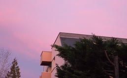 Όμορφο χρώμα σούρουπου πέρα από το κτήριο διαμερισμάτων Στοκ Εικόνες