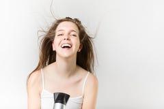 Όμορφο χτύπημα νέων κοριτσιών smiley που ξεραίνει την τρίχα της Στοκ φωτογραφία με δικαίωμα ελεύθερης χρήσης