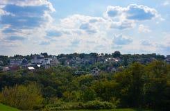 Όμορφο χωριό στο μπλε ουρανό και το πράσινο υπόβαθρο χλόης Στοκ εικόνες με δικαίωμα ελεύθερης χρήσης