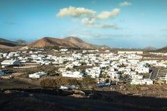 Όμορφο χωριό Yaiza με την άποψη στα ηφαίστεια Lanzarote Στοκ Φωτογραφίες