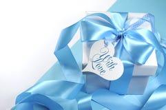 Όμορφο χλωμό μπλε δώρο μωρών aqua με την ετικέττα δώρων μορφής καρδιών δώρων αγάπης Στοκ φωτογραφίες με δικαίωμα ελεύθερης χρήσης