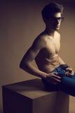 Όμορφο (όμορφο) μυϊκό αρσενικό πρότυπο με τα συμπαθητικά ABS στα τζιν Στοκ Εικόνα