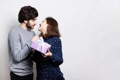 Όμορφο δόσιμο νεαρών άνδρων παρόν στην όμορφη γυναίκα στο σπίτι Ένα κορίτσι που πηγαίνει να φιλήσει το φίλο της που ευχαριστεί γι στοκ φωτογραφίες με δικαίωμα ελεύθερης χρήσης
