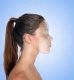 όμορφο ύδωρ τοίχων brunette Στοκ φωτογραφία με δικαίωμα ελεύθερης χρήσης
