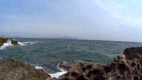 Όμορφο δύσκολο σημείο Ισπανία κυμάτων θάλασσας Ωκεάνια παραλία, απότομος βράχος και όμορφο τοπίο κατά μήκος της ακτής απόθεμα βίντεο