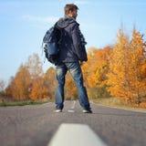 Όμορφο anventurer hipster στην περιστασιακή ένδυση με το περπάτημα σακιδίων πλάτης στοκ εικόνες