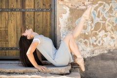 Όμορφο ballerina που αποδίδει υπαίθρια Στοκ Εικόνες