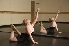 Όμορφο ballerina που χορεύει μπροστά από τον καθρέφτη στοκ εικόνες