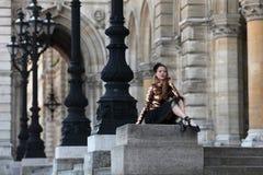 Όμορφο ballerina στη μαύρη συνεδρίαση φουστών μπροστά από ένα παλάτι Στοκ εικόνα με δικαίωμα ελεύθερης χρήσης