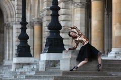 Όμορφο ballerina στη μαύρη φούστα μπροστά από ένα παλάτι Στοκ Εικόνες