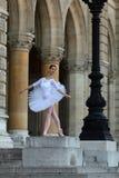 Όμορφο ballerina στο άσπρο tutu μπροστά από ένα παλάτι Στοκ φωτογραφίες με δικαίωμα ελεύθερης χρήσης