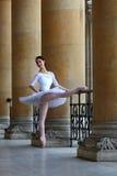 Όμορφο ballerina στο άσπρο tutu σε ένα παλάτι Στοκ εικόνες με δικαίωμα ελεύθερης χρήσης