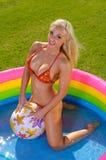όμορφο bikini κορίτσι διασκέδασης Στοκ εικόνα με δικαίωμα ελεύθερης χρήσης
