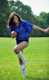 όμορφο biracial θηλυκό ποδόσφαιρο φορέων Στοκ Εικόνα