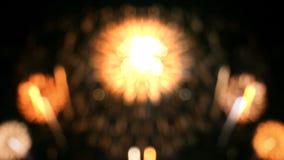 Όμορφο Bokeh των πυροτεχνημάτων στο νυχτερινό ουρανό φιλμ μικρού μήκους