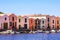 Όμορφο Bosa με τα σκάφη και τους ζωηρόχρωμους φλοιούς στο υπόβαθρο, Oristano επαρχία, Σαρδηνία, Ιταλία στοκ εικόνα