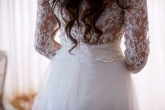 Όμορφο bride& x27 πλάτη του s Πρωί Φορά ένα φόρεμα δαντελλών Κορίτσι ώμων Στοκ Εικόνα
