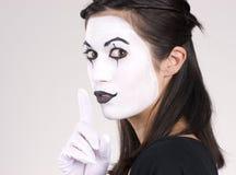 Όμορφο Brunette λευκό χορού Mime απόδοσης γυναικών θεατρικό Στοκ Εικόνες