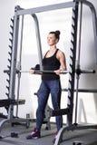 Όμορφο brunette κατά τη διάρκεια του workout στη γυμναστική Στοκ Εικόνες