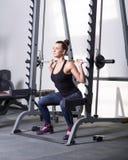 Όμορφο brunette κατά τη διάρκεια του workout στη γυμναστική Στοκ φωτογραφίες με δικαίωμα ελεύθερης χρήσης