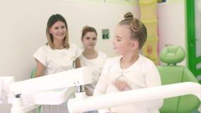 Όμορφο brunette κοριτσιών κινηματογραφήσεων σε πρώτο πλάνο σε ένα άσπρο φόρεμα Κρατά στον καθρέφτη χεριών της μια παρόμοια μορφή  απόθεμα βίντεο