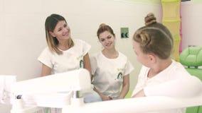 Όμορφο brunette κοριτσιών κινηματογραφήσεων σε πρώτο πλάνο σε ένα άσπρο φόρεμα Εξετάζει τη κάμερα και το χαμόγελο γλυκά Στο υπόβα απόθεμα βίντεο