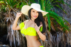 Όμορφο brunette με μακρυμάλλη στο καπέλο μπικινιών και αχύρου Στοκ Εικόνες