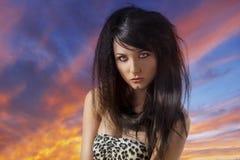 Προκλητικό brunette με τον περιστασιακό ιματισμό μπροστά από τη κάμερα Στοκ Φωτογραφία