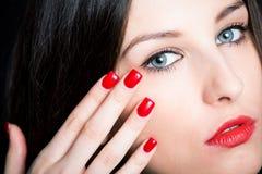 Όμορφο brunette με τα κόκκινα καρφιά στοκ φωτογραφία με δικαίωμα ελεύθερης χρήσης