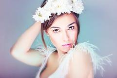 Όμορφο brunette με τα λουλούδια στο κεφάλι της στοκ εικόνες με δικαίωμα ελεύθερης χρήσης