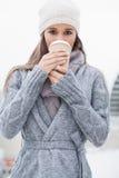 Όμορφο brunette με τα χειμερινά ενδύματα στην κατανάλωση του καφέ Στοκ Εικόνες