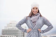 Όμορφο brunette με τα χειμερινά ενδύματα στην τοποθέτηση Στοκ εικόνες με δικαίωμα ελεύθερης χρήσης