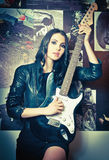 Όμορφο brunette με την ηλεκτρική κιθάρα Στοκ εικόνα με δικαίωμα ελεύθερης χρήσης