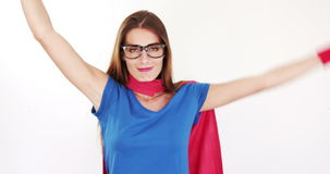 Όμορφο brunette με το κοστούμι superhero φιλμ μικρού μήκους