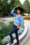 Όμορφο brunette με το μαύρο καπέλο Στοκ Φωτογραφία