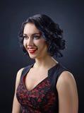 Όμορφο brunette με το τέλειο hairstyle και το επαγγελματικό makeu Στοκ Εικόνες