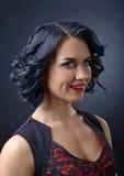 Όμορφο brunette με το τέλειο hairstyle και το επαγγελματικό makeu Στοκ Εικόνα