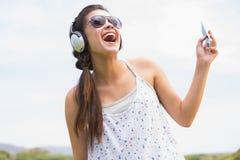 Όμορφο brunette που ακούει τη μουσική Στοκ Φωτογραφίες