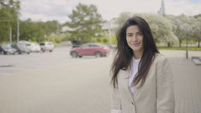 Όμορφο brunette που γυρίζουν γύρω απόθεμα βίντεο